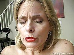 Nyald vagina, Szőke Nő. Meglátta a férfit, és azzal kezdte a magyarul beszélő pornófilmek mókát, hogy a fenekét lengette előtte. Hosszú ideig tolta vissza a bugyiját, majd megdugta.