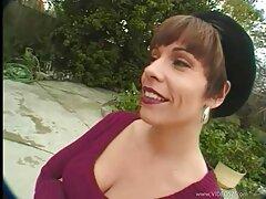 Egy szőke, nagyon bájos. A szép ruhát, a magyarul beszélő szexfilm kakas kezdett levetkőzni