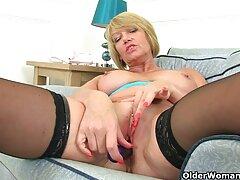 Kelly Klein amerikai pornószínésznő. Ebben a videóban a ingyen anya fia porno lány levetkőzik a lencse előtt, hogy szexeljen a barátjával.