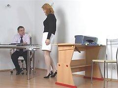 A fiatalember azyza porno csodálatos csirkét tett az egyik sporteszközbe. Leült Bellával és a farkával a seggébe.