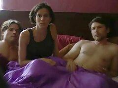 Egy lány megmutatja a testét sex porno videok ingyen egy srác előtt, majd a hálószobába helyezi, egy nagy ágyban akar gördülni.