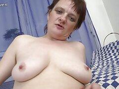 Feleség várja a szexet. A nők várják a pornó filmek letöltése ingyen férjüket haza a munkából, és szeretnek dugni. Eljött és lecsapott a feleségére az ágyban.