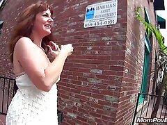 A gyönyörű szőke taxit hív a házába, amikor autója a helyére indult, a kislány elkezdett elárasztani a férfi szépsége. A lány megkérdezte a kormány mögött ülő férfit, ahelyett, hogy ő lenne. Útközben szépség szeret lovagolni, majd úgy döntött, itt az ideje, hogy megpróbálja. A lányok elkezdenek magyarul beszélő pornó csókolni taxisofőr az autójában, a férfi készen áll egy ilyen helyzet, hagyja el az ülést több, az a személy, aki fel a gyönyörű kakas, majd elkezd dugni a vibrátor is.