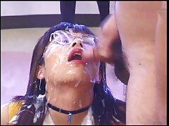 A barna hajú lány, aki iszik cum. Lány szopja egy finom, majd kap egy részét a cum, mint egy ajándék. A gyereknek meg kell próbálnia az arcán végezni. magyarul beszélő pornó film