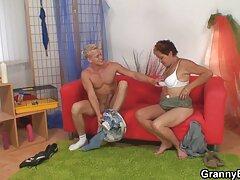 Két szőke simogatta az embert. ingyen porno film Kényelmesen ültek a kanapén és levették a nadrágját.