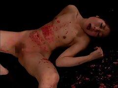Egy szőke lány öltözött szürke előtt a webkamera maszturbál a szexvideó teljes film vagina egy dildo, segít neki a vibrátort.