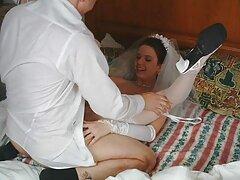 A szexi szőke szórakozni. A fiúk levetkőznek neki, retro pornó ingyen és kényelmesen fekszenek az ágyon.
