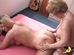 Leszbikusok egy szaunában. A nő egy kis szünetet, és simogatni egymást. kelemen anna porno