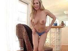 Barna hajú nő fordul egy ingyen porno filmek online férfi. És felvette az üzletüket a kamerába.