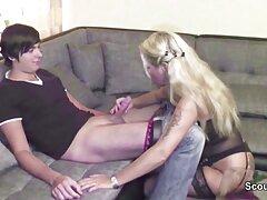 Leszbikus rózsaszín haj. Két csaj azyza porno levetkőzik és maszturbálni kezd. Megsimogatta a vagináját és megcsókolta.