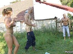 Biszexuális pornó. Két lány boldog egy férfi. Szórakoztató Fasz, meg a Befejezés ingyen porno letoltes