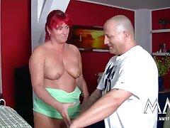 Amber Lynn Bach. Barna hajú magyarul beszélő pornó film nő elegáns ül a kanapén szar.